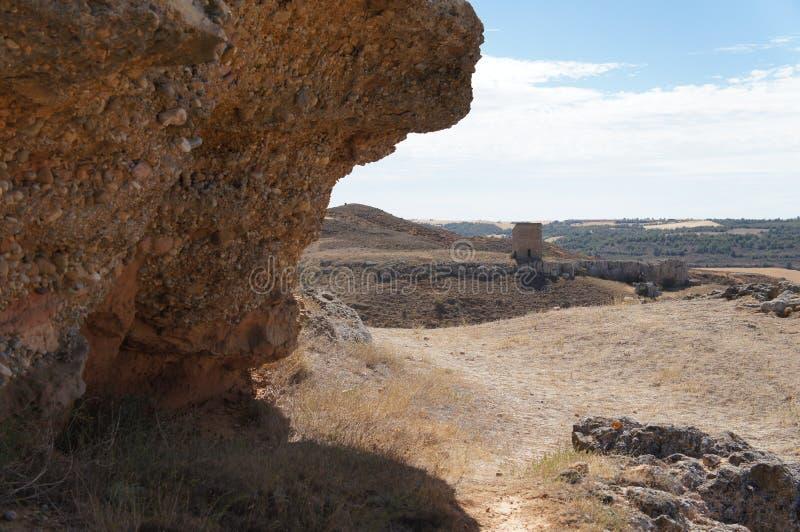 Suchy pole w Hiszpańskiej wiosce, sucha trawa, kamienie, kolor żółty, niebieskie niebo z białymi chmurami fotografia stock