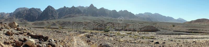Suchy riverbed i góra zdjęcia royalty free