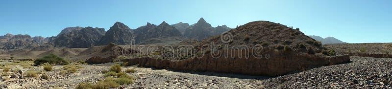 Suchy riverbed i góra fotografia stock