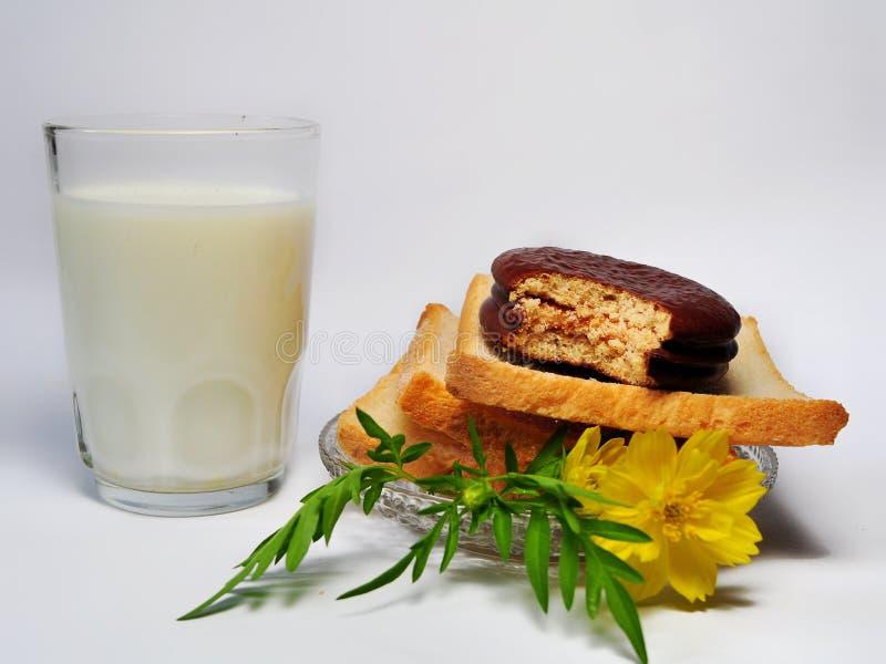 Suchy rusk chleb, choco kulebiak i szkło odizolowywający na białym tle mleko, obraz royalty free