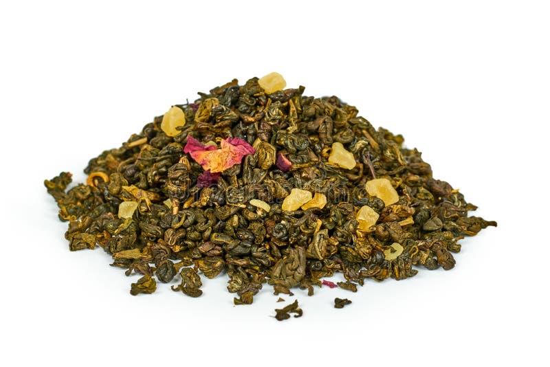 Suchy zielonej herbaty rozsypisko, odosobniony na białym tle obrazy royalty free