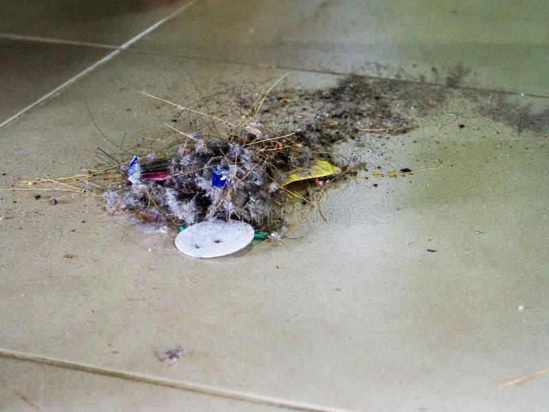 Suciedad, descarga de basura, causada barriendo la casa limpia fotos de archivo libres de regalías