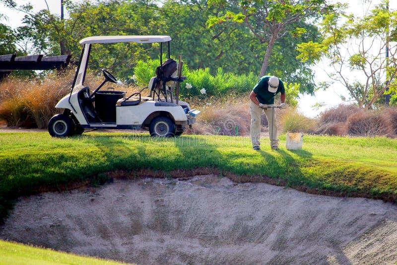 Sucina, Espanha - 8 de agosto de 2018: Um groundsman em um campo de golfe, tomando amostras do solo do fairway perto de um depósi foto de stock royalty free