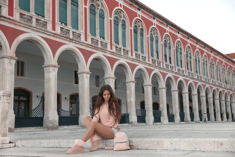 Suckar den turist- flickan för livsstilen som besöker gränsmärket av republikfyrkanten royaltyfria foton