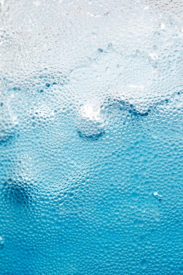 Suco azul no gelo imagens de stock