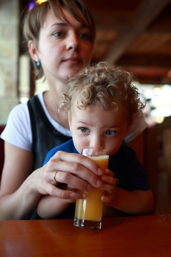 Suco bebendo da criança fotografia de stock