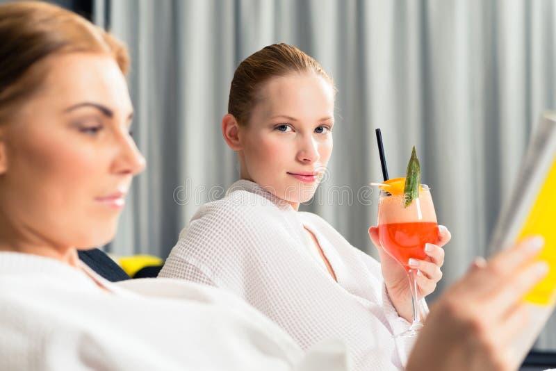 Suco bebendo da mulher fotografia de stock royalty free