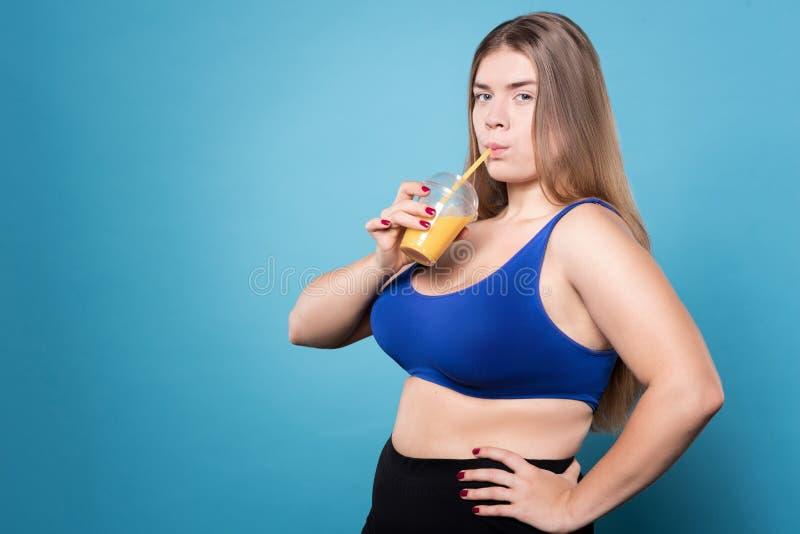 Suco bebendo da senhora carnudo nova imagem de stock royalty free
