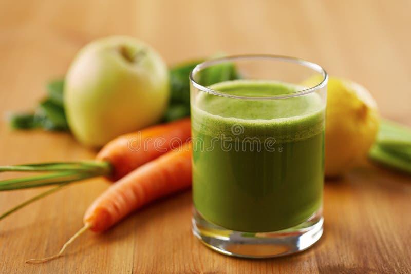 Suco caseiro do verde do vegetariano foto de stock
