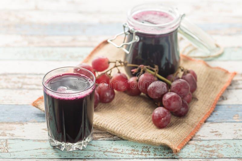 Suco caseiro fresco da compota da uva com uvas imagem de stock