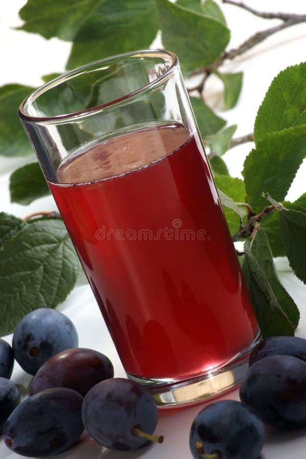 suco da ameixa em um vidro imagem de stock royalty free