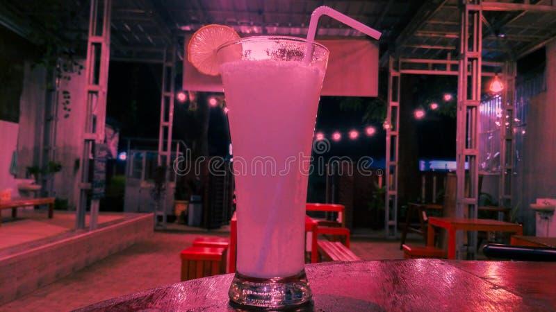 Suco da limonada no café pastel do fundo imagem de stock royalty free