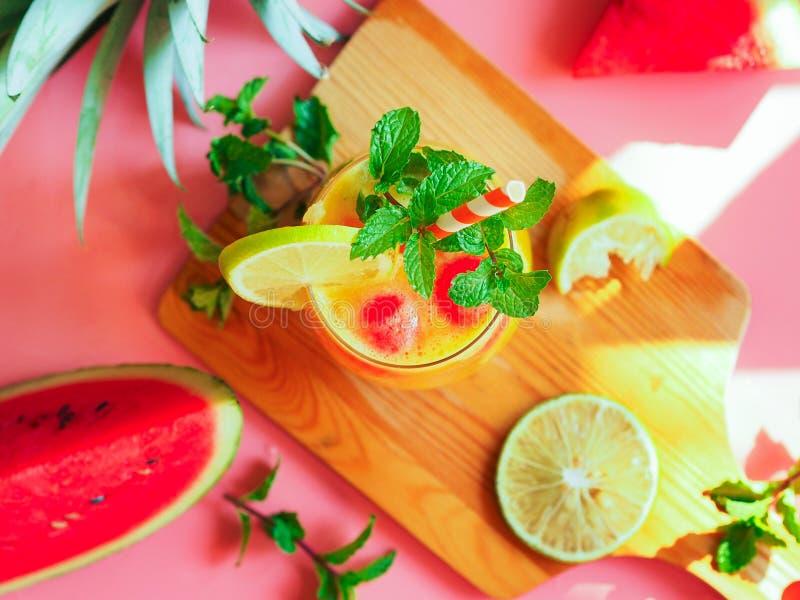 Suco de abacaxi com melancia e cal foto de stock royalty free