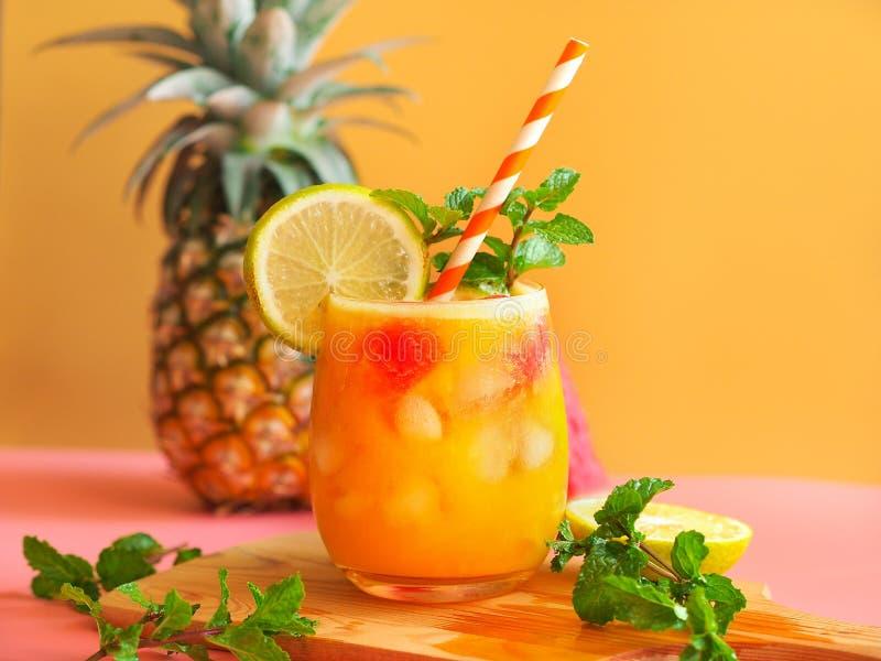 Suco de abacaxi congelado na temporada de verão fotografia de stock royalty free
