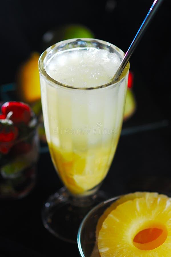 Suco de abacaxi e gelado imagem de stock