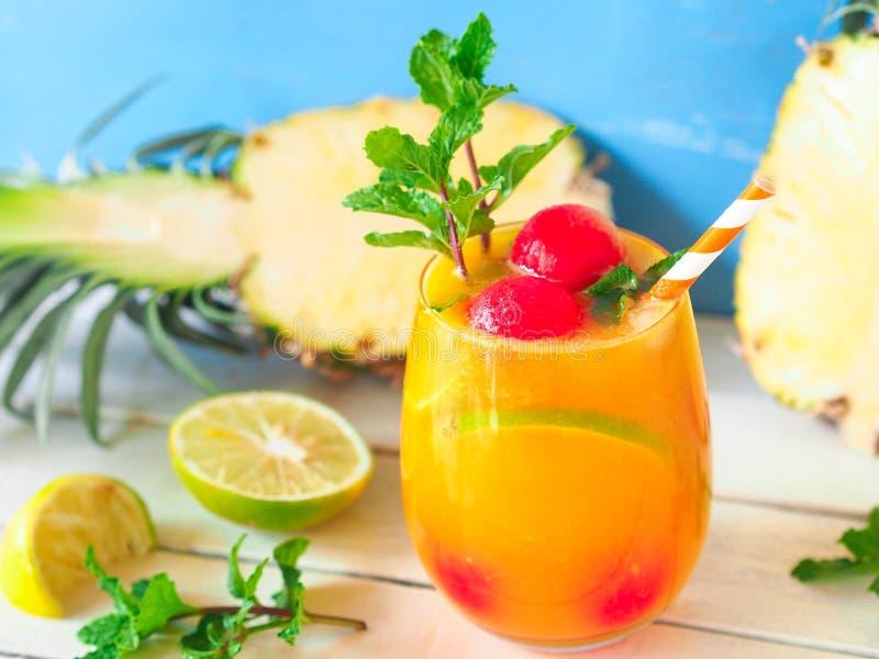 Suco de abacaxi no verão fotos de stock