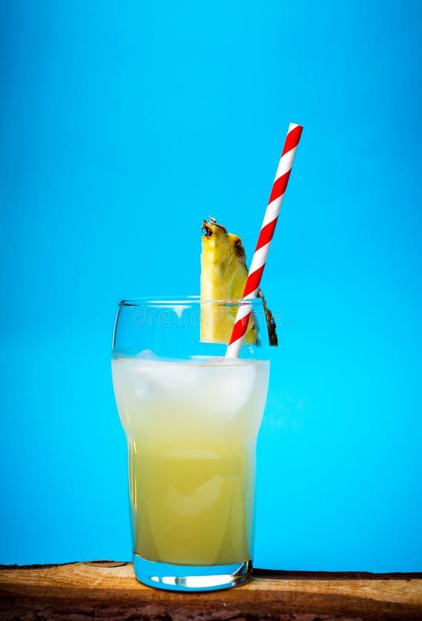 Suco de abacaxi de refrescamento no vidro decorado imagem de stock royalty free