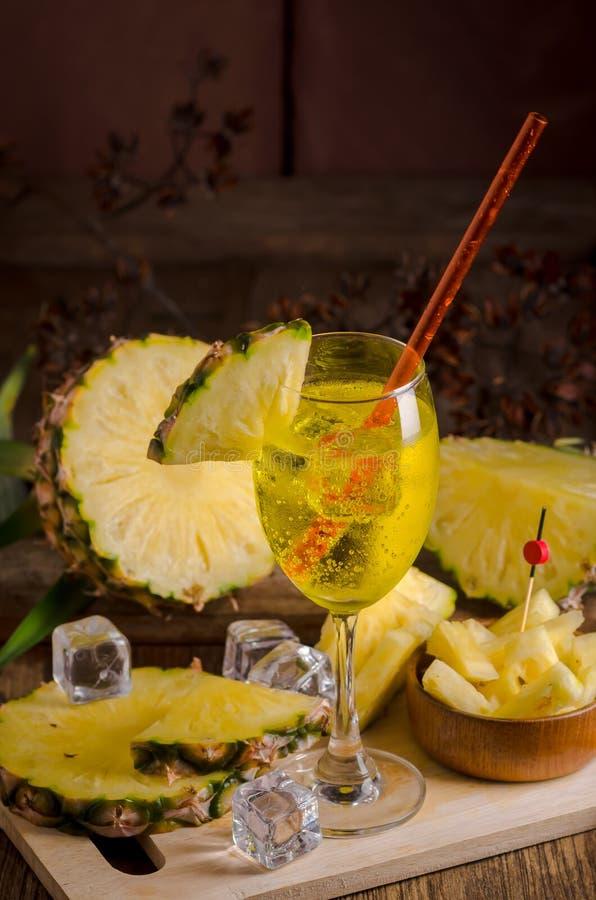 Suco de abacaxi, suco da soda no vidro em uma tabela de madeira foto de stock
