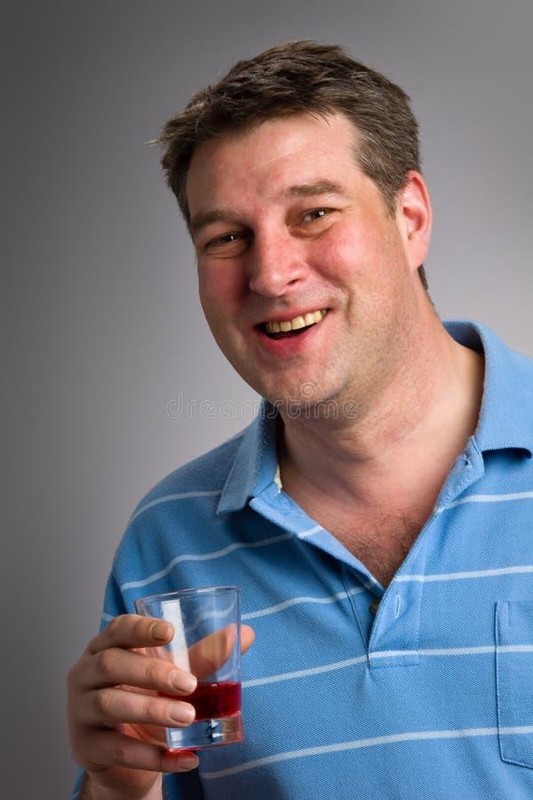 Suco de airela bebendo do homem saudável imagens de stock