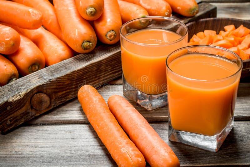 Suco de cenoura nos vidros imagem de stock royalty free
