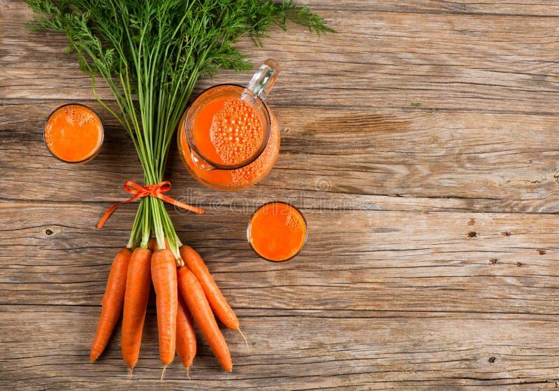 Suco de cenoura recentemente espremido imagens de stock
