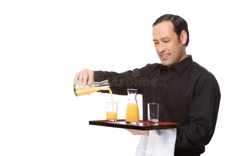 Suco de derramamento do empregado de mesa fotografia de stock