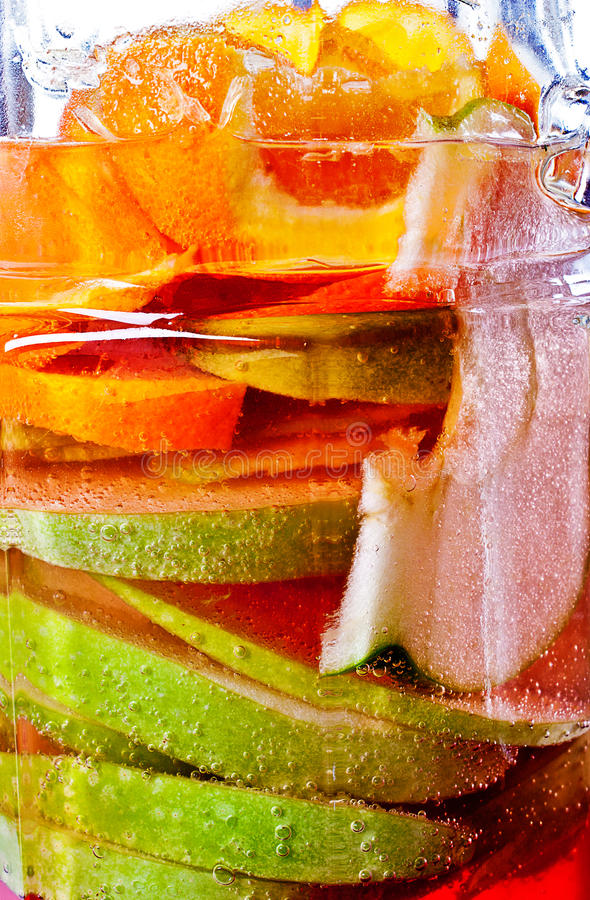 Suco de fruta de refrescamento refrigerado no frasco foto de stock royalty free