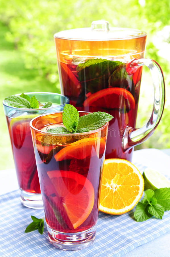 Suco de fruta mixa no jarro e nos vidros imagem de stock royalty free