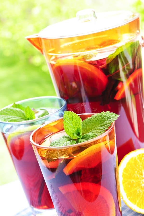 Suco de fruta mixa no jarro e nos vidros foto de stock
