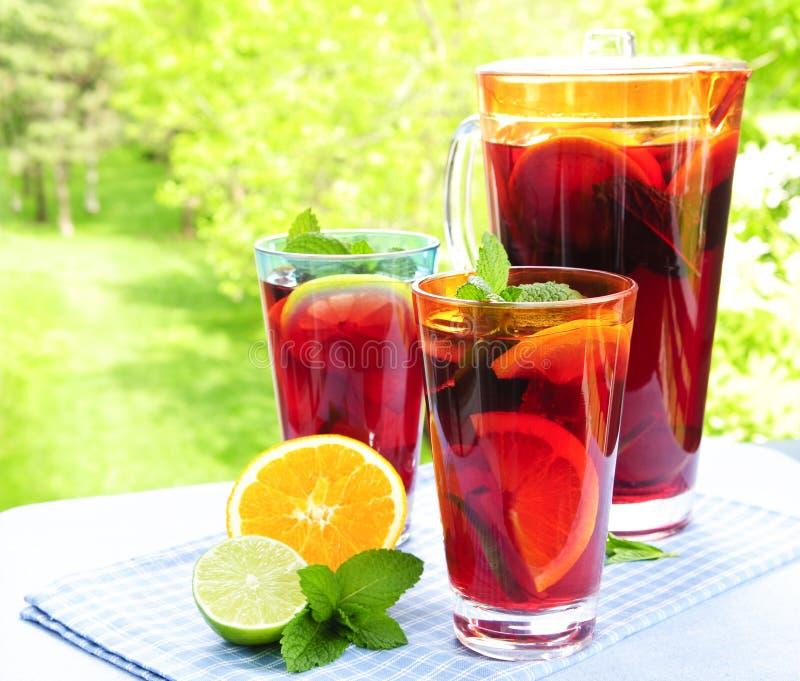 Suco de fruta mixa no jarro e nos vidros fotos de stock