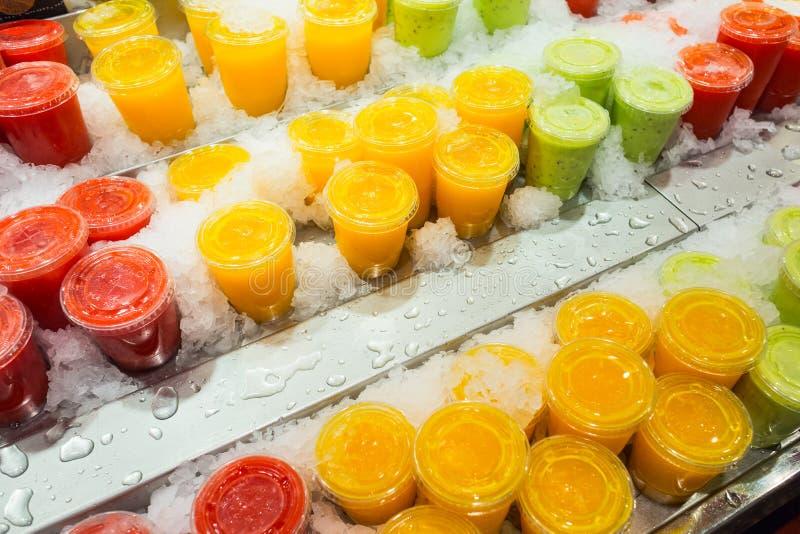 Suco de fruto fresco e saudável do quivi, da baga e do abacaxi no fim imagens de stock royalty free