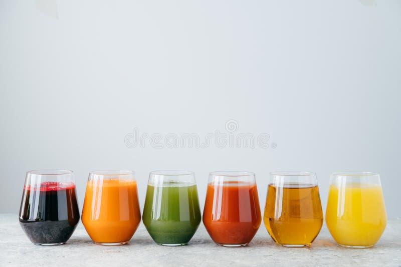 Suco de fruto saudável nos vidros isolados sobre o fundo branco Tiro horizontal Bebida deliciosa e refrescando Bebida colorida foto de stock royalty free