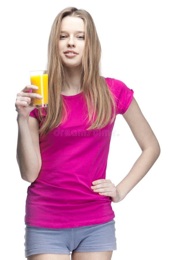 Suco de laranja bebendo da mulher loura bonita nova imagens de stock