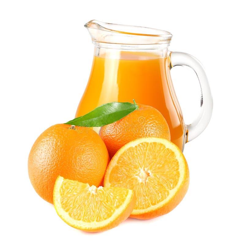 Suco de laranja com a folha alaranjada e verde isolada no fundo branco suco no jarro fotos de stock