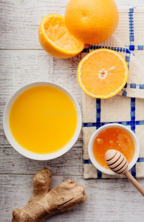 Suco de laranja com o close up do mel e do gengibre foto de stock