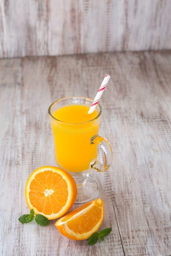 Suco de laranja com Straw In um o vidro imagens de stock