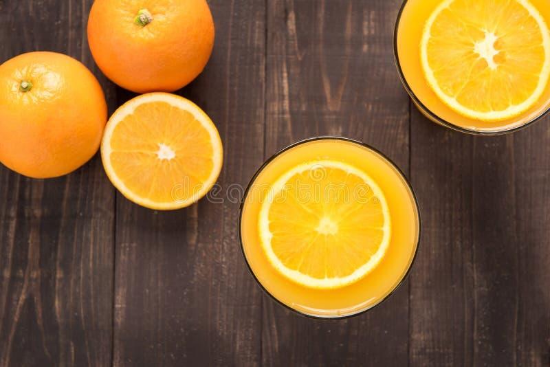 Suco de laranja da vista superior no fundo de madeira fotos de stock