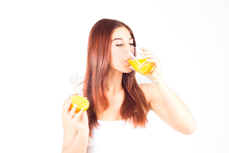 Suco de laranja feliz saudável da bebida da mulher Alimento saudável e direito foto de stock royalty free