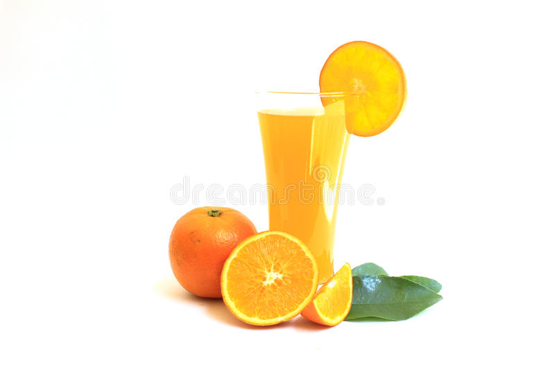 Suco de laranja no vidro e fatias no branco foto de stock royalty free