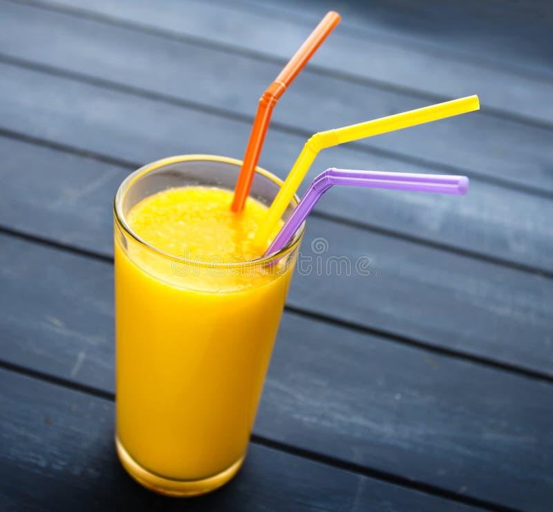 Suco de laranja orgânico no vidro imagem de stock