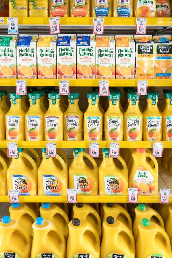 Suco de laranja para a venda em um supermercado foto de stock royalty free