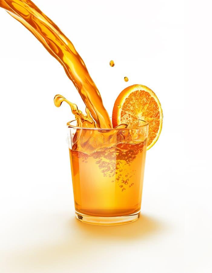Suco de laranja que derrama em um espirro de vidro. fotografia de stock royalty free