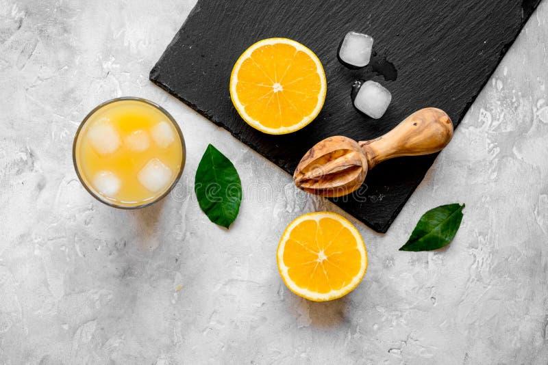 Suco de laranja recentemente espremido na opinião superior do fundo concreto fotografia de stock royalty free