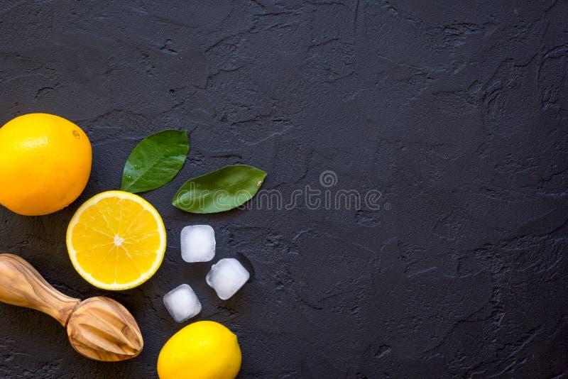Suco de laranja recentemente espremido na opinião superior do fundo escuro imagens de stock royalty free