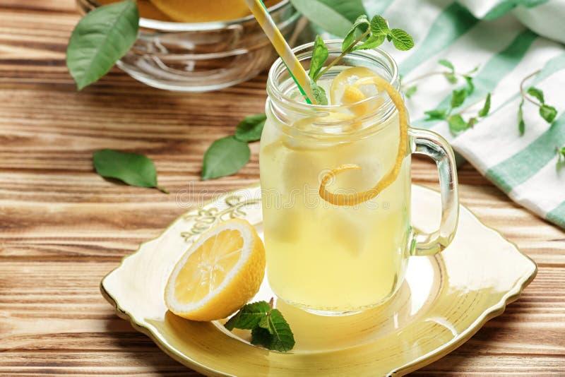 Suco de limão delicioso no frasco de pedreiro foto de stock