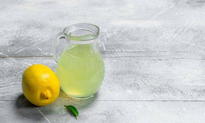 Suco de limão no jarro fotos de stock