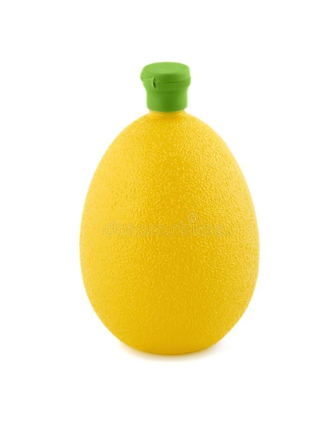 Suco de limão no plástico do frasco imagens de stock royalty free