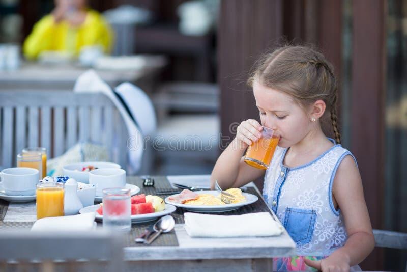 Suco de maçã bebendo da menina adorável para imagens de stock