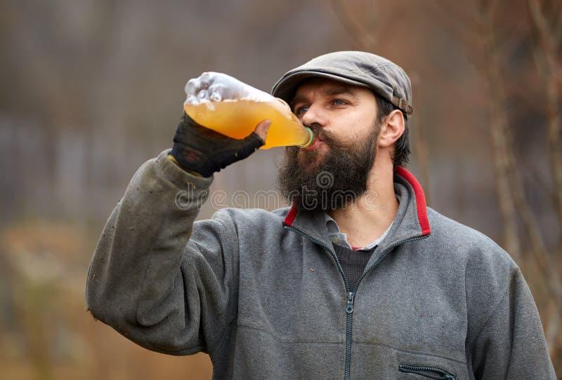 Suco de maçã bebendo do fazendeiro fotos de stock royalty free