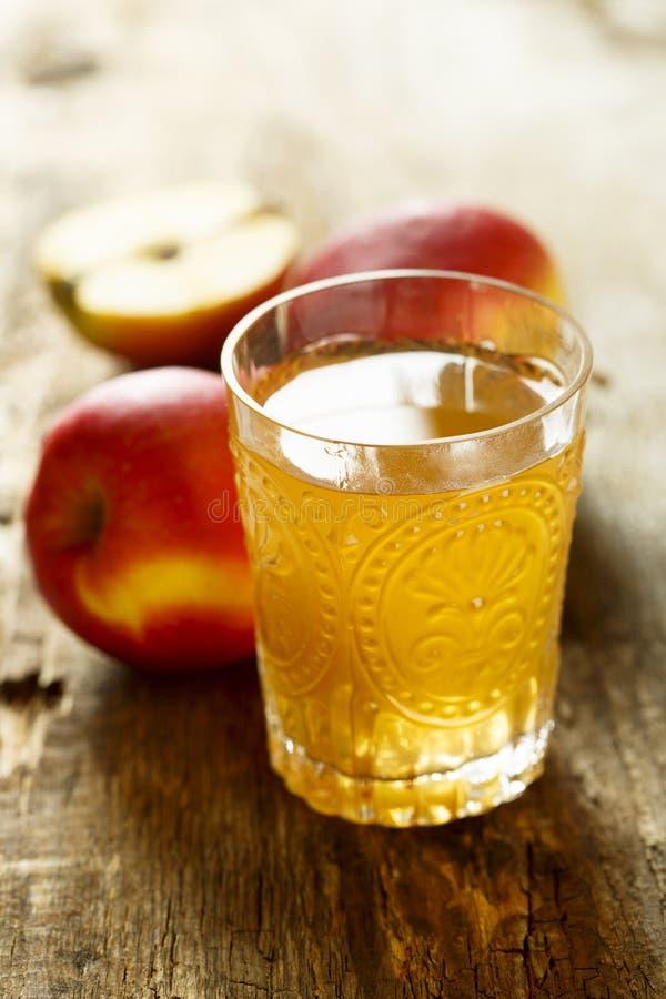 Suco de maçã recentemente feito orgânico imagens de stock